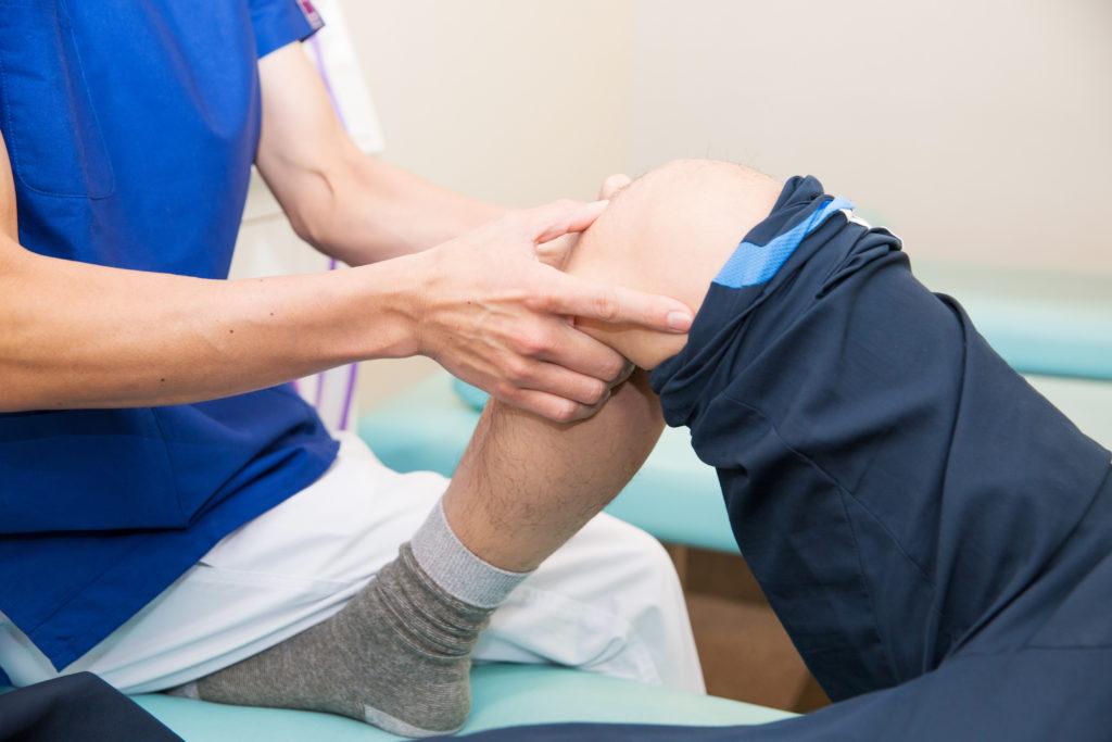 膝痛の治療施術風景