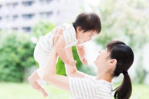 産後に赤ちゃんを抱っこするお母さん